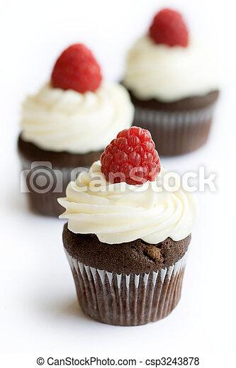 bilder von himbeer cupcakes kakau kakau cupcakes dekoriert mit csp3243878 suchen. Black Bedroom Furniture Sets. Home Design Ideas