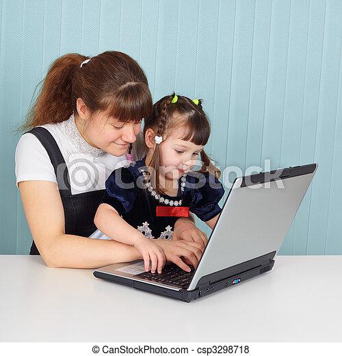 Stock de fotos mamá, enseña, hija, uso, computadora- - Imagenes