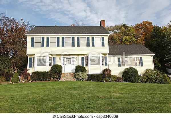 banque de photographies de colonial style maison jaune nouveau angleterre style. Black Bedroom Furniture Sets. Home Design Ideas