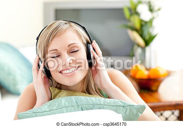 kvinna, soffa, förtjust, ung, musik, Lyssnande, lögnaktig - csp3645170
