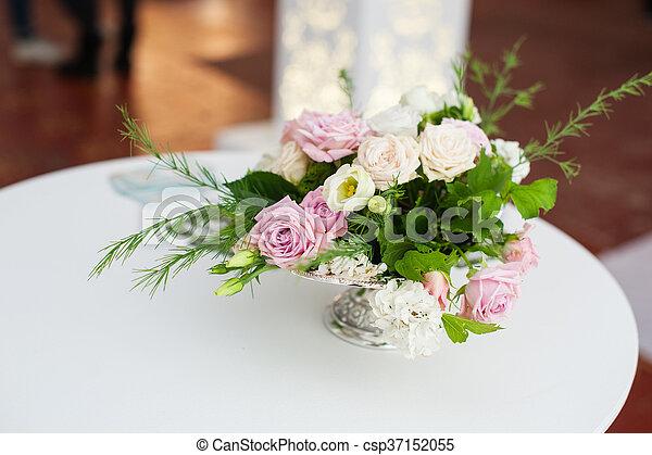 images de bouquet table fleurs vase mariage bouquet fleurs csp37152055 recherchez. Black Bedroom Furniture Sets. Home Design Ideas