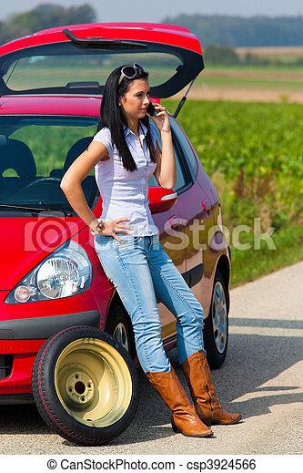 Image de femme pneu voiture panne jeune femme pneu for Reprise voiture en panne garage