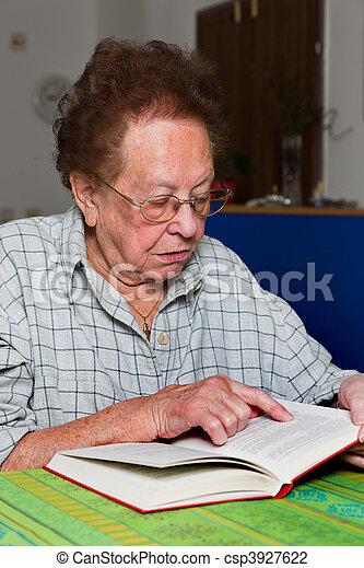 photo de lit livre personne agee lunettes citoyen vieux femme csp3927622 recherchez. Black Bedroom Furniture Sets. Home Design Ideas