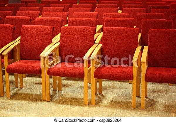 Stock de fotos de sillas madera rojo auditorio madera for Sillas para iglesia en madera