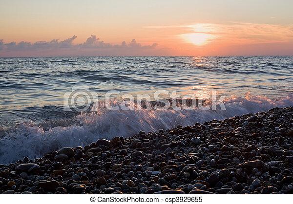 mar, costa, com, ondas, ligado, pôr do sol, pedregoso, praia - csp3929655