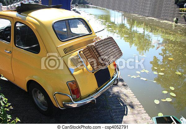 photographies de voiture vendange valise osier petit italien a petit csp4052791. Black Bedroom Furniture Sets. Home Design Ideas