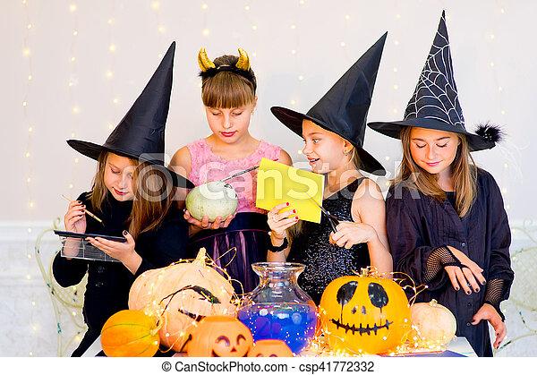stock fotos von gruppe halloween kost me teenager vorbereiten gl cklich csp41772332. Black Bedroom Furniture Sets. Home Design Ideas