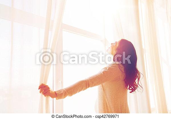 Fenster schließen clipart  Bilder von vorhänge, frau, öffnung, schwanger, auf, fenster ...