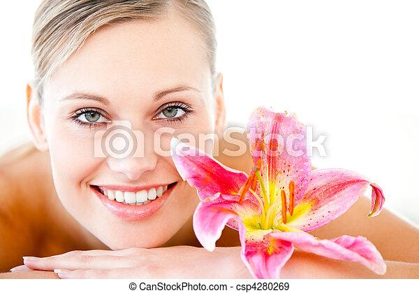 特寫鏡頭, 婦女, 躺, 花, 健康, 有吸引力, 桌子, 礦泉, 按摩 - csp4280269