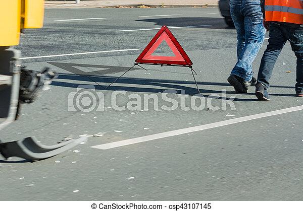 Unfall, Autoteile und Warndreieck auf der Straße. - csp43107145