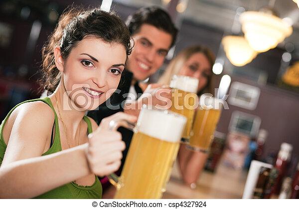 amigos, bebendo, Cerveja, em, barzinhos - csp4327924