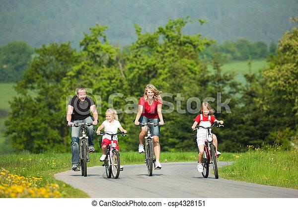 乗馬,  bicycles, 家族 - csp4328151