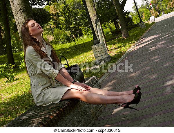 Images de t femme ville d lassant parc jeune banc chaleur csp4330015 recherchez - Femme mure en chaleur ...