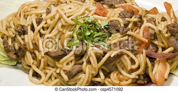 tallarin, saltado, Carne - csp4571092
