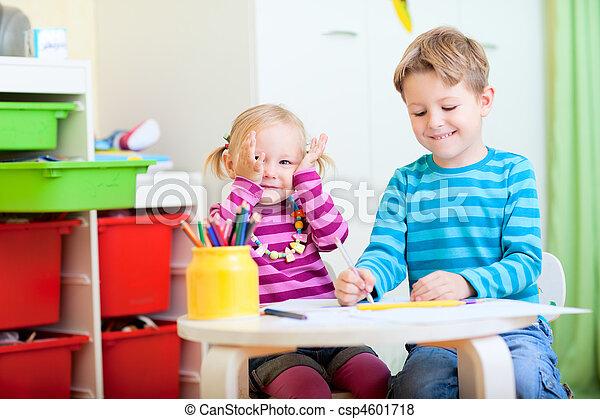 Glücklich bruder schwester sitzen zusammen tisch zeichnung