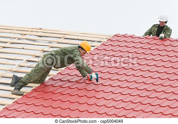 stock fotografieken van roofing werken metaal tegel twee werkmannen dak csp5004049. Black Bedroom Furniture Sets. Home Design Ideas