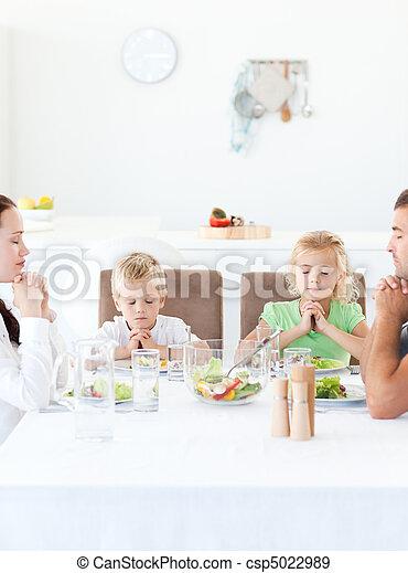 padres, y, su, niños, rezando, Durante, su, almuerzo - csp5022989