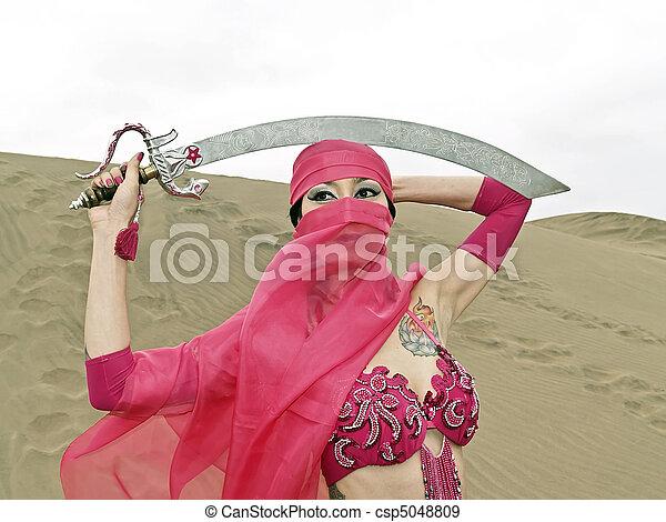 velado, mujer, y, sable, en, desierto - csp5048809