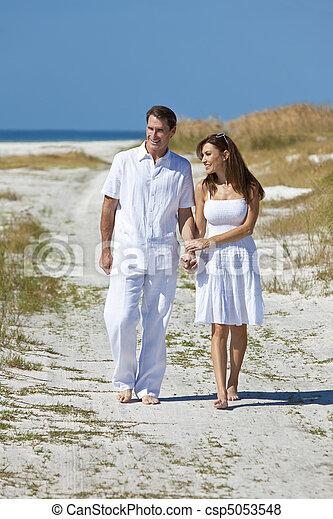 Images de marche romantique couple tenue mains plage vide csp5053548 recherchez des - Tenue plage femme ...
