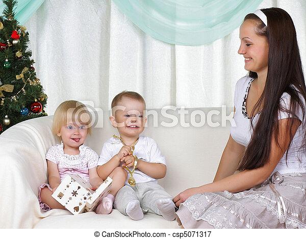 bilder von mama kinder sitzt weihnachten fur tree. Black Bedroom Furniture Sets. Home Design Ideas