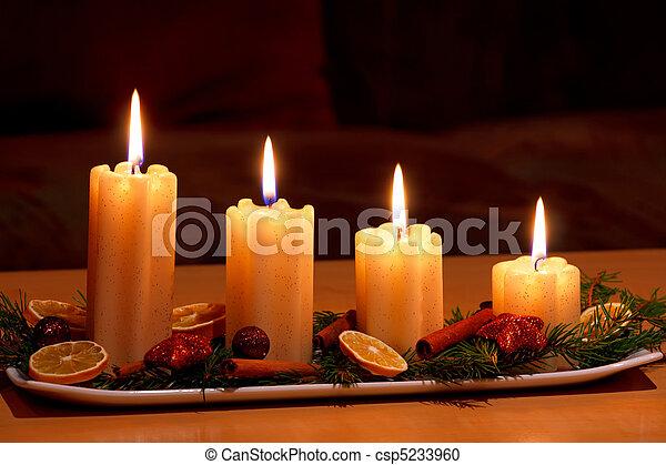 stock fotografie von kerzen dekoriert beleuchtung weihnachten tisch csp5233960 suchen. Black Bedroom Furniture Sets. Home Design Ideas