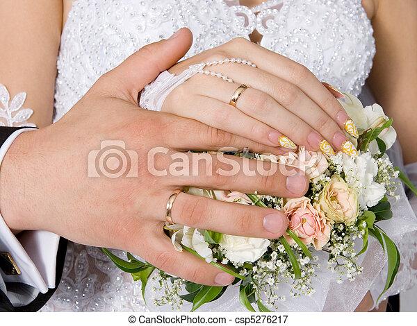 Manos, anillos, boda, ramo - csp5276217