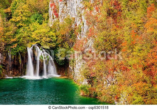 otoño, cascada, bosque - csp5301518
