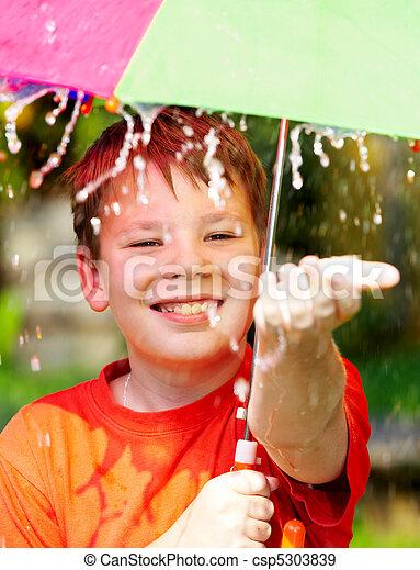男の子, の間, 傘, 雨, 下に - csp5303839