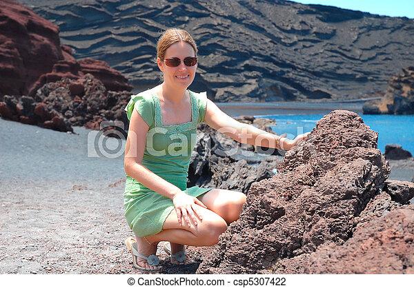 desierto, mujeres - csp5307422