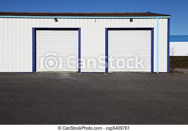 stock fotografie von teermakadam garagen vorhof industrie zwei csp5409761 suchen sie. Black Bedroom Furniture Sets. Home Design Ideas