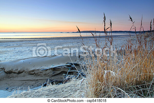 Frosty sunrise on Swansea beach (UK) - csp5418018
