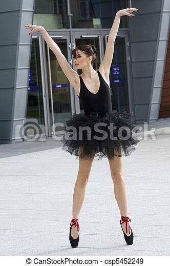 Video de bailarina de ballet al aire libre desnudo