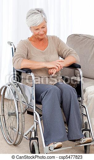 photos de pensif personne agee elle fauteuil roulant csp5477823 recherchez des images des. Black Bedroom Furniture Sets. Home Design Ideas