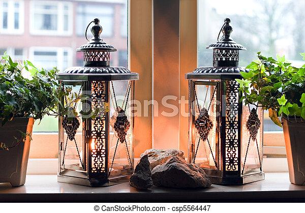bilder von laternen mit brennender kerzen in fenster. Black Bedroom Furniture Sets. Home Design Ideas