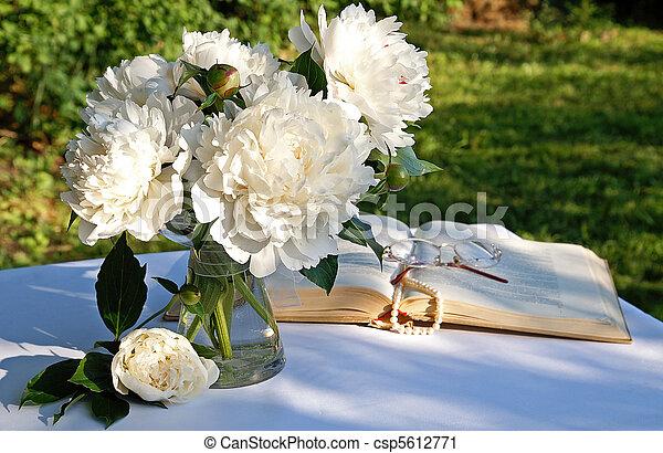 photographies de a bouquet blanc pivoine fleurs verre vase jardin csp5612771. Black Bedroom Furniture Sets. Home Design Ideas