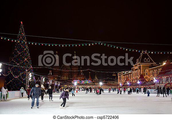 skating-rink on red square in moscow at night. GUM trading house. Forshortening with side - csp5722406