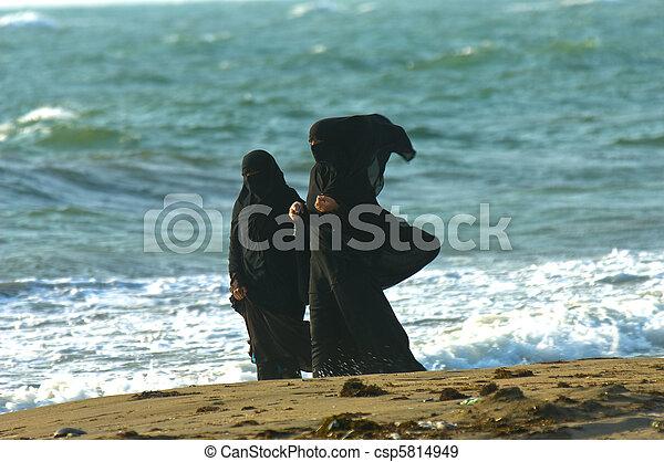árabe, mujeres - csp5814949