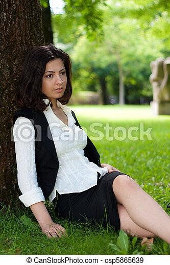 relaxe, mulher, parque, capim, natureza - csp5865639