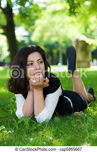 relaxe, mulher, parque, capim, natureza - csp5865667