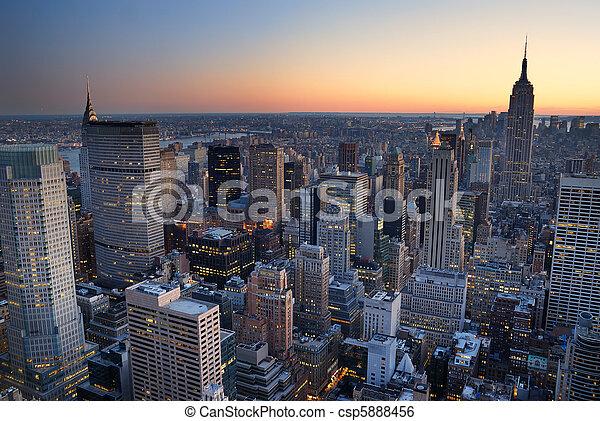 predios, cidade, com, aéreo,  panorama,  Skyline, estado, pôr do sol,  York, Novo, império,  Manhattan, vista - csp5888456