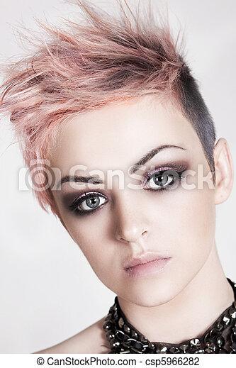 Photo de s duisant jeune femme punk coiffure une for Coupe de cheveux punk iroquois