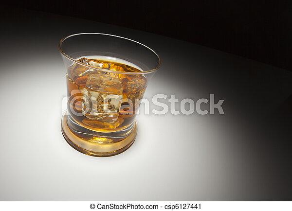stock foto glas whiskey eis unter fleck licht stock bilder bilder lizenzfreies foto. Black Bedroom Furniture Sets. Home Design Ideas