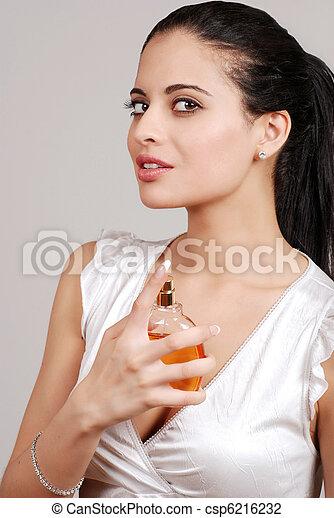 photo de pulv risation femme jeune parfum jeune femme csp6216232 recherchez des. Black Bedroom Furniture Sets. Home Design Ideas