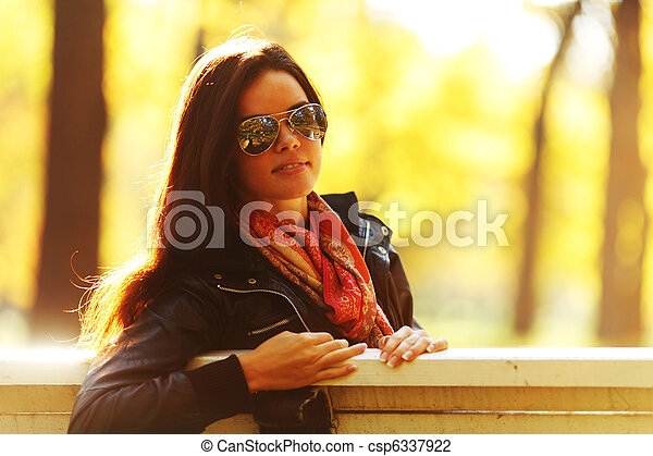 otoño, mujer - csp6337922