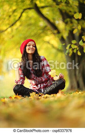 otoño, mujer - csp6337976