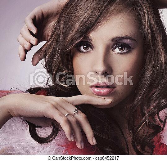 肖像, 黑發淺黑膚色女子, 年輕 - csp6452217