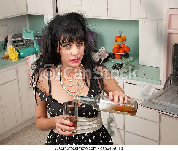Betrunken frau gießen alkohol von a flasche