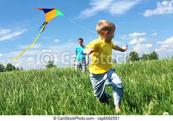 夏天, 父親, 風箏, 兒子 - csp6562351