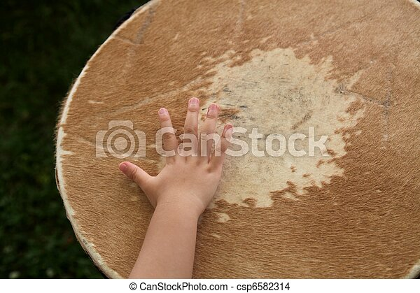 Baby hand playing drum - csp6582314