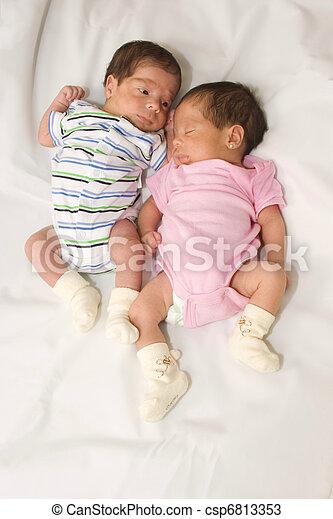 Stock foto 39 s van tweeling babys verticaal tweeling babys jongen meisje csp6813353 - Fotos van de bebe garcon ...